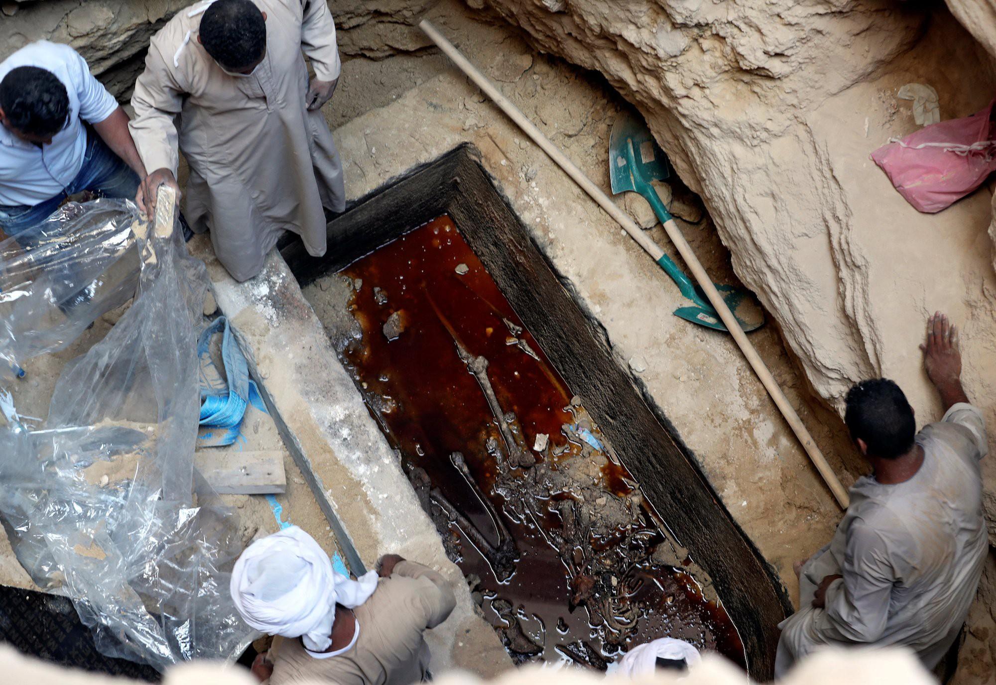 Người Ai Cập quyết định mở nắp quan tài đen 2000 năm tuổi, kết quả khiến ai cũng rùng mình - Ảnh 2.