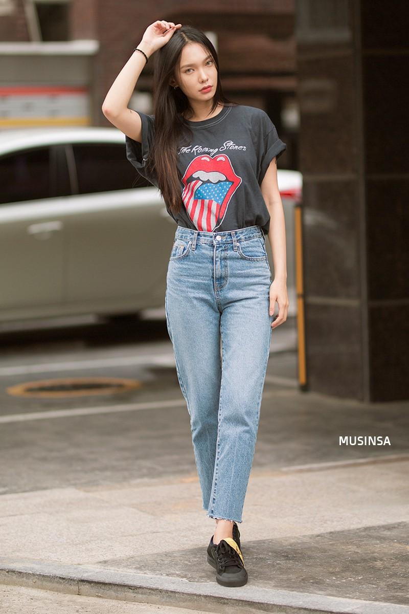 Street style ngập tràn áo phông đẹp hết nấc của giới trẻ Hàn tuần qua chứng minh đây luôn là item số 1 của mùa hè - Ảnh 12.