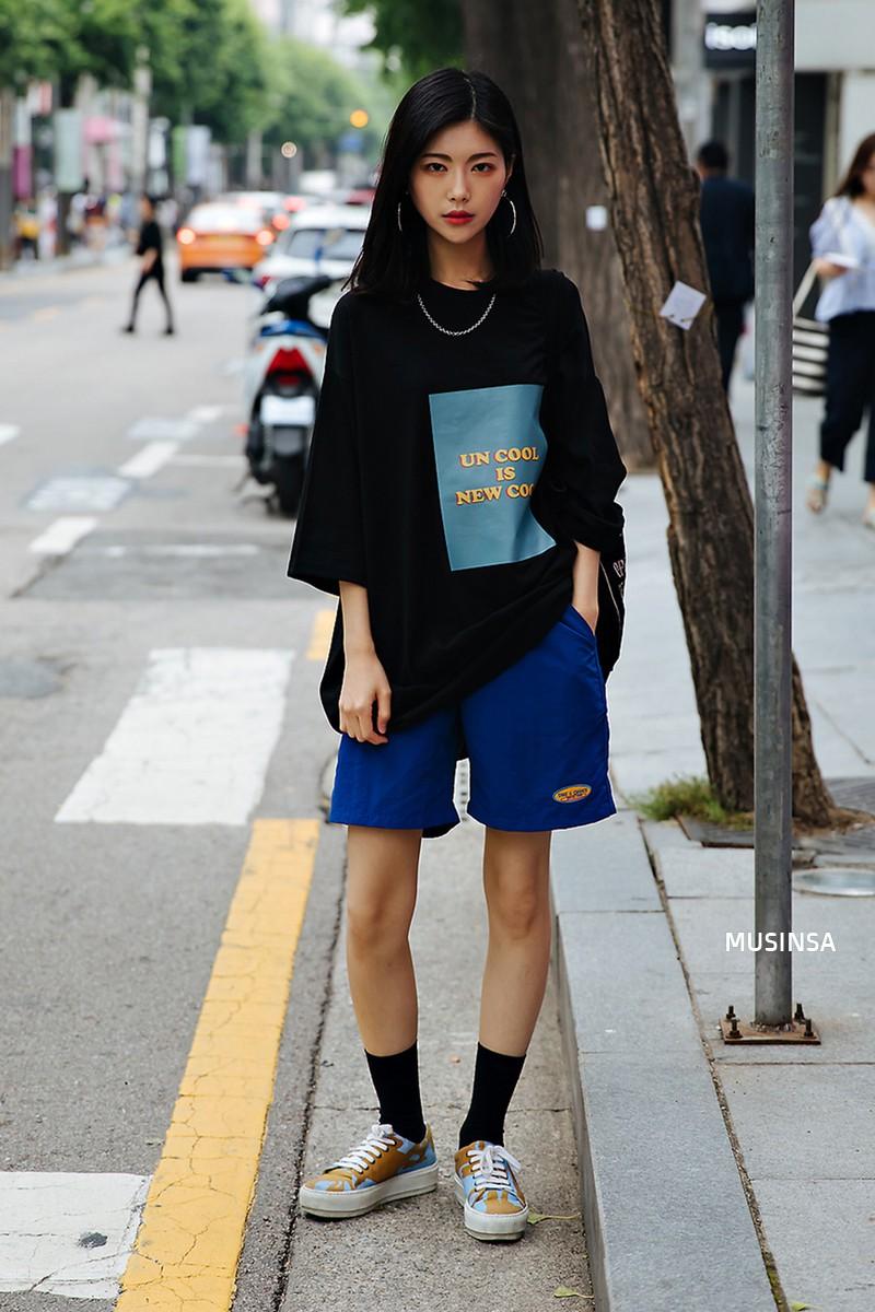 Street style ngập tràn áo phông đẹp hết nấc của giới trẻ Hàn tuần qua chứng minh đây luôn là item số 1 của mùa hè - Ảnh 3.
