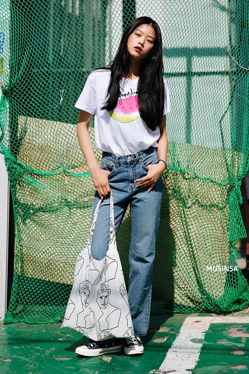 Street style ngập tràn áo phông đẹp hết nấc của giới trẻ Hàn tuần qua chứng minh đây luôn là item số 1 của mùa hè - Ảnh 4.