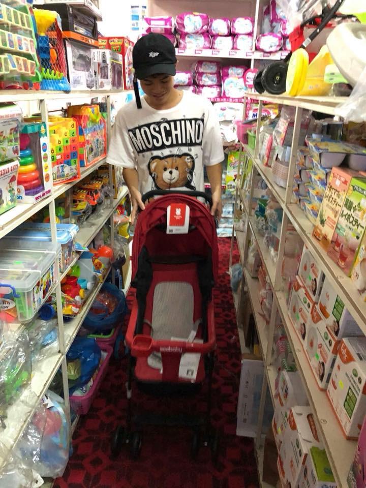 Công Phượng, Xuân Trường hào hứng mua bỉm sữa tặng Quế Ngọc Hải - Ảnh 2.