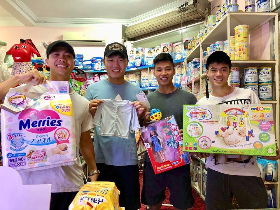 Công Phượng, Xuân Trường hào hứng mua bỉm sữa tặng Quế Ngọc Hải - Ảnh 1.