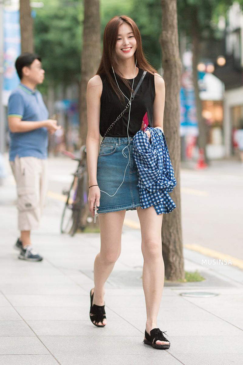 Street style ngập tràn áo phông đẹp hết nấc của giới trẻ Hàn tuần qua chứng minh đây luôn là item số 1 của mùa hè - Ảnh 5.