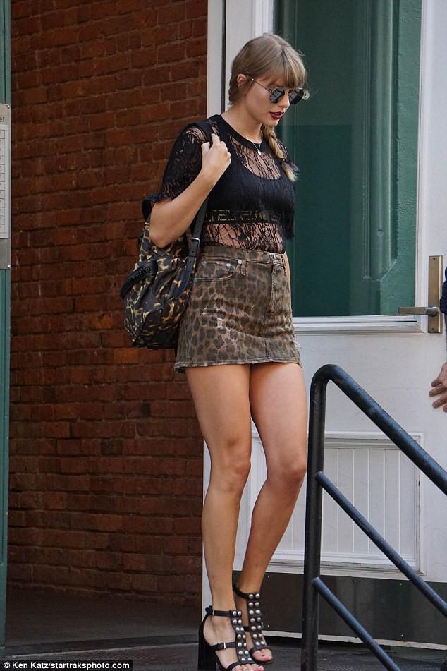 Diện váy siêu ngắn, Taylor Swift làm fan nơm nớp lo cô bị lộ hàng khi bước xuống bậc thang - Ảnh 1.