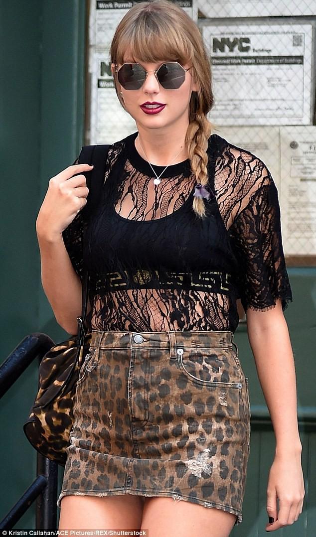 Diện váy siêu ngắn, Taylor Swift làm fan nơm nớp lo cô bị lộ hàng khi bước xuống bậc thang - Ảnh 2.