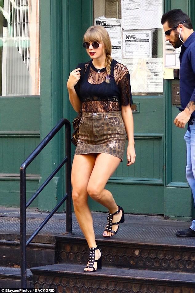 Diện váy siêu ngắn, Taylor Swift làm fan nơm nớp lo cô bị lộ hàng khi bước xuống bậc thang - Ảnh 3.