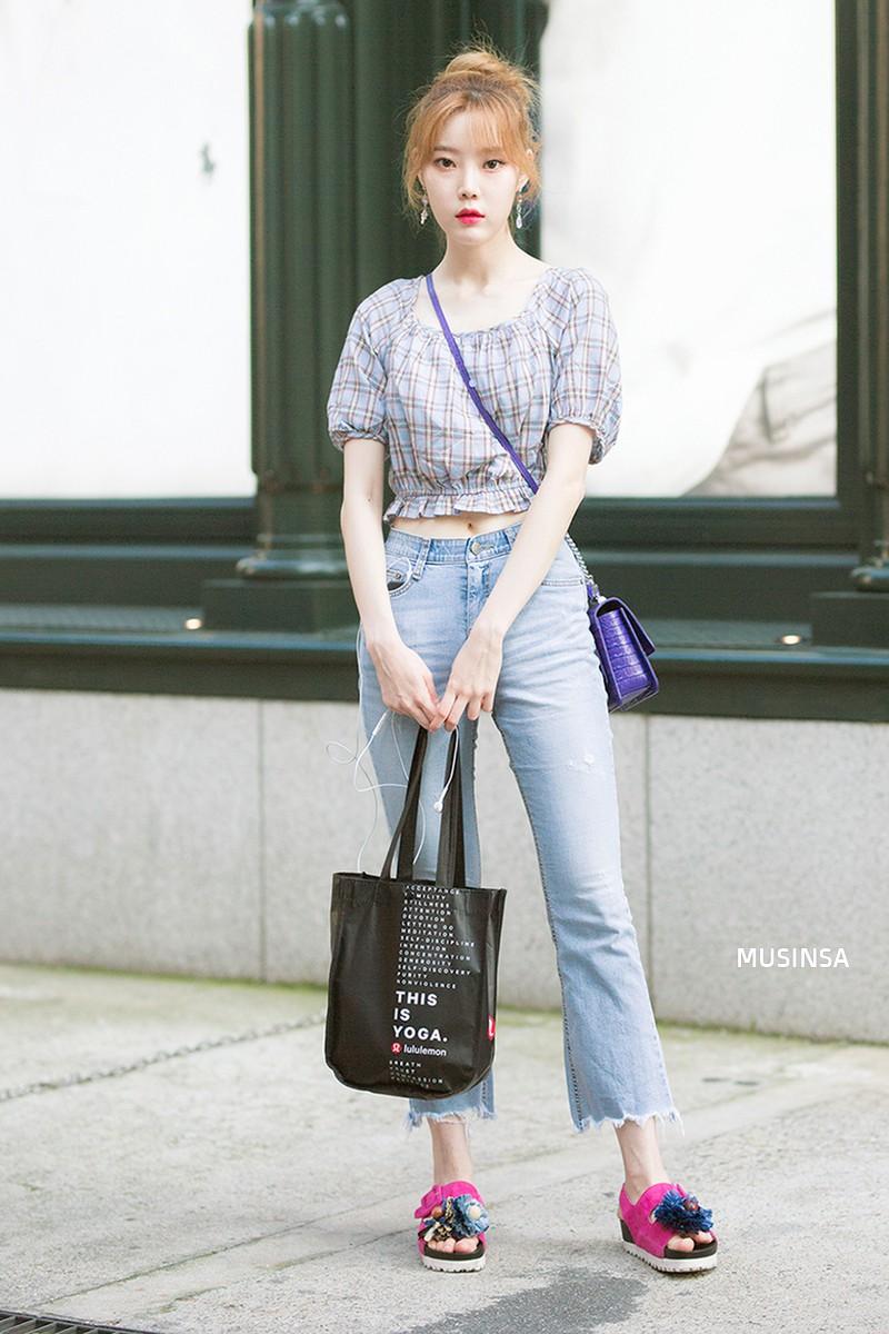 Street style ngập tràn áo phông đẹp hết nấc của giới trẻ Hàn tuần qua chứng minh đây luôn là item số 1 của mùa hè - Ảnh 8.