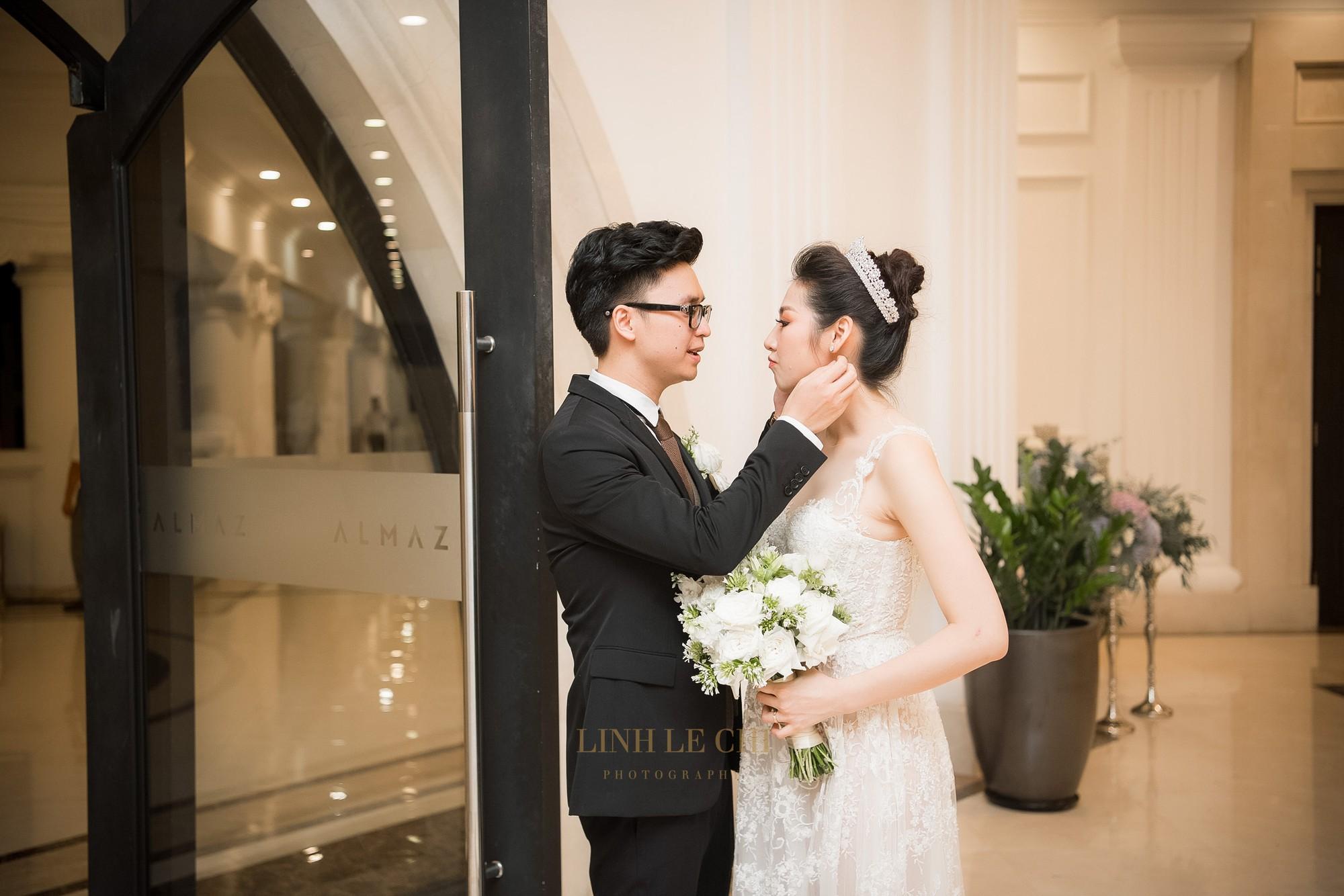 Ảnh đẹp: Á hậu Tú Anh nũng nịu ôm chặt ông xã trong tiệc cưới sang trọng ở Hà Nội - Ảnh 16.