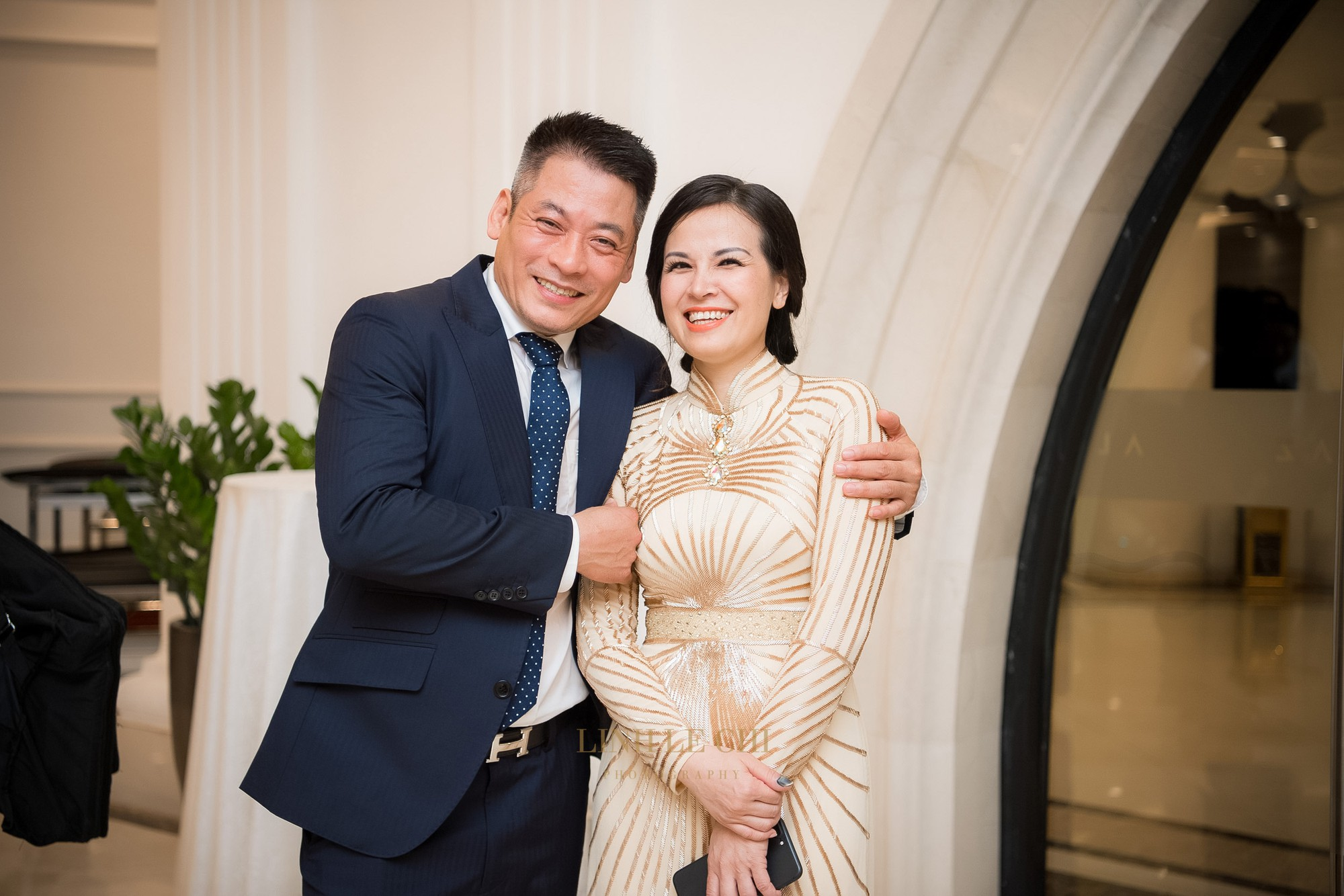 Ảnh đẹp: Á hậu Tú Anh nũng nịu ôm chặt ông xã trong tiệc cưới sang trọng ở Hà Nội - Ảnh 6.