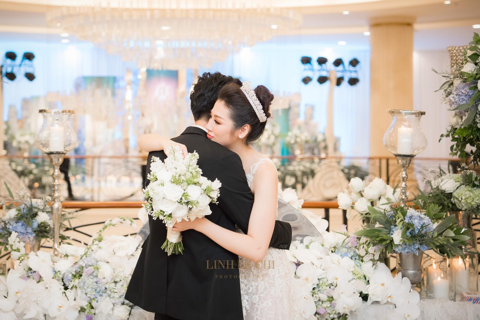 Ảnh đẹp: Á hậu Tú Anh nũng nịu ôm chặt ông xã trong tiệc cưới sang trọng ở Hà Nội - Ảnh 15.