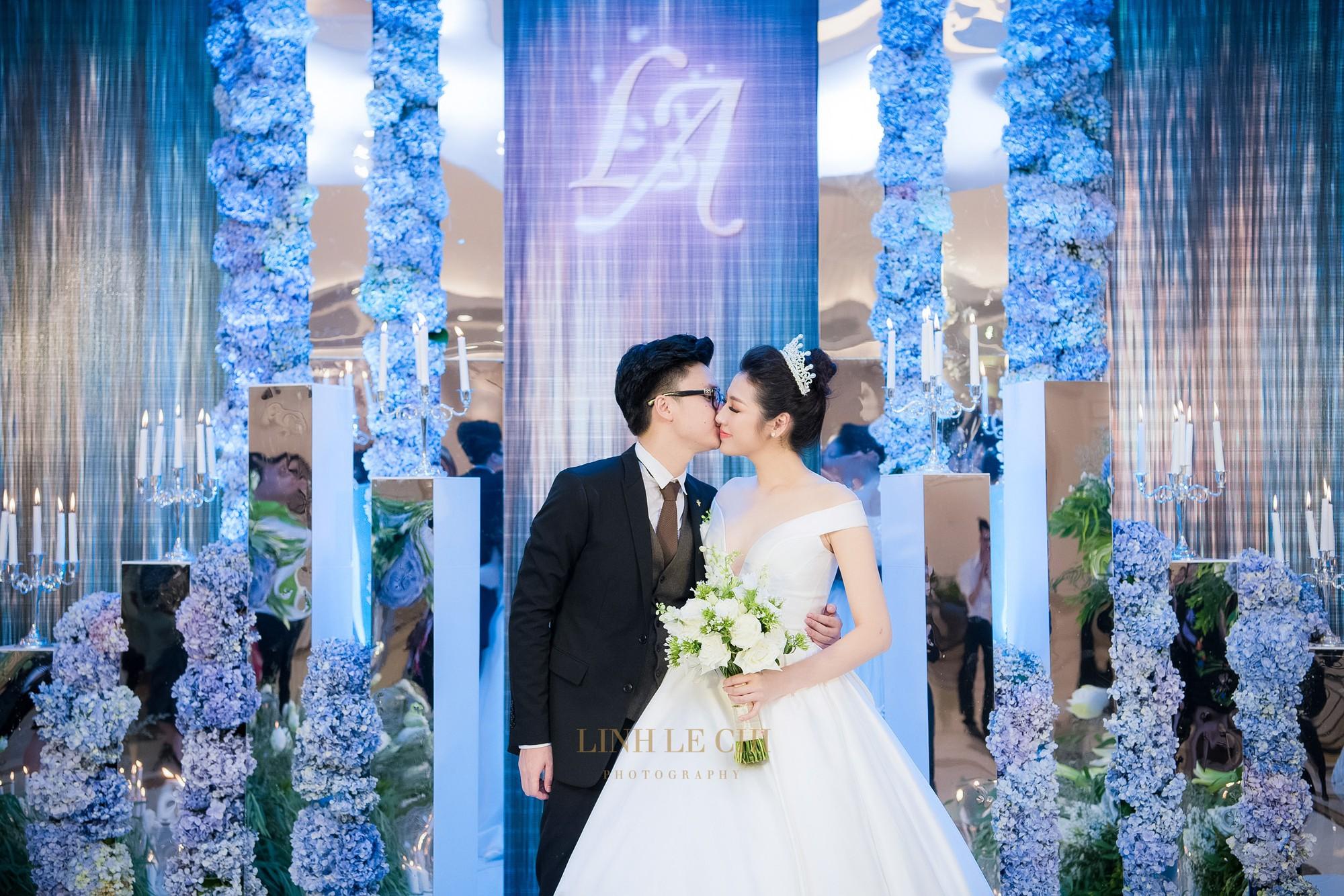 Ảnh đẹp: Á hậu Tú Anh nũng nịu ôm chặt ông xã trong tiệc cưới sang trọng ở Hà Nội - Ảnh 2.