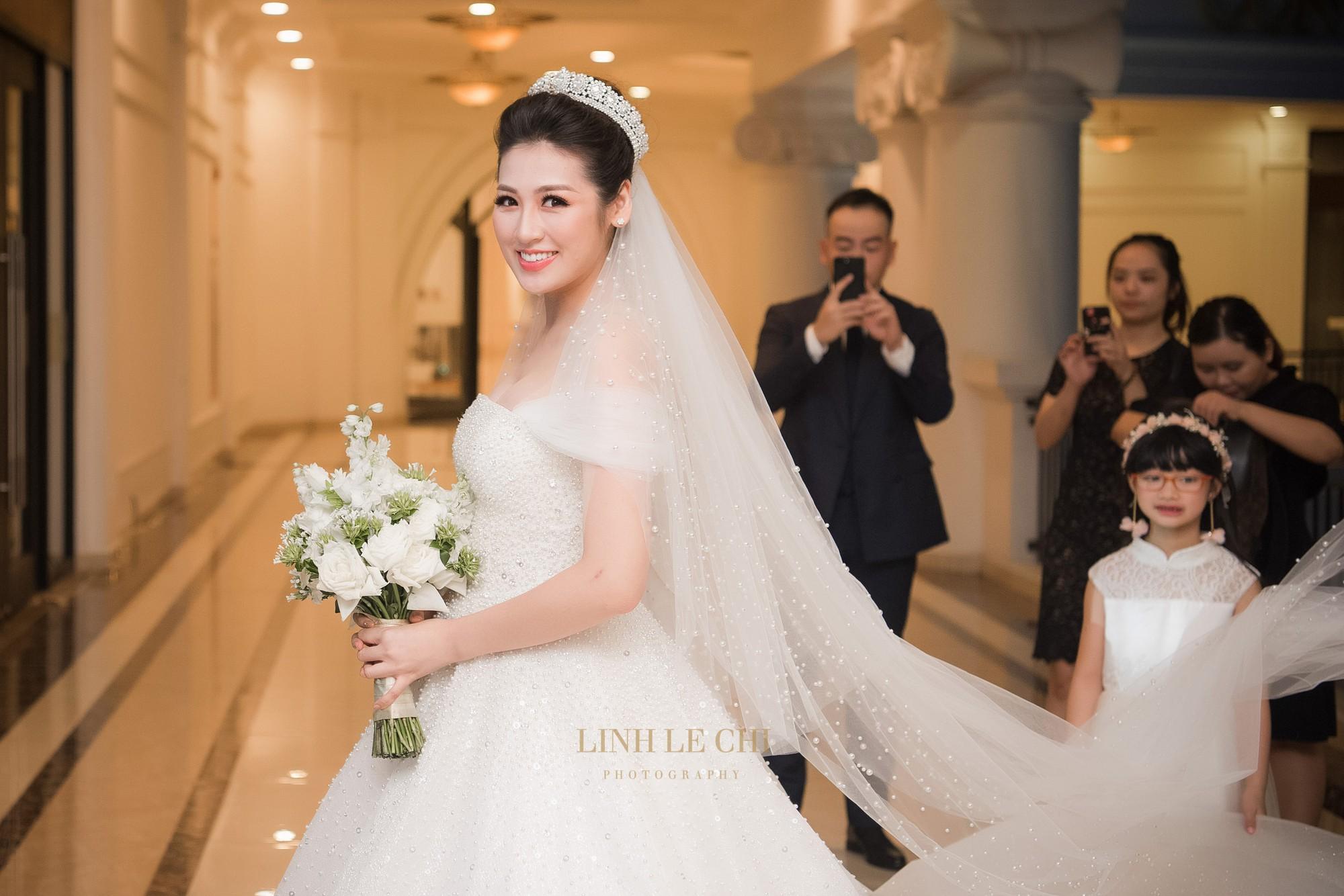 Ảnh đẹp: Á hậu Tú Anh nũng nịu ôm chặt ông xã trong tiệc cưới sang trọng ở Hà Nội - Ảnh 19.