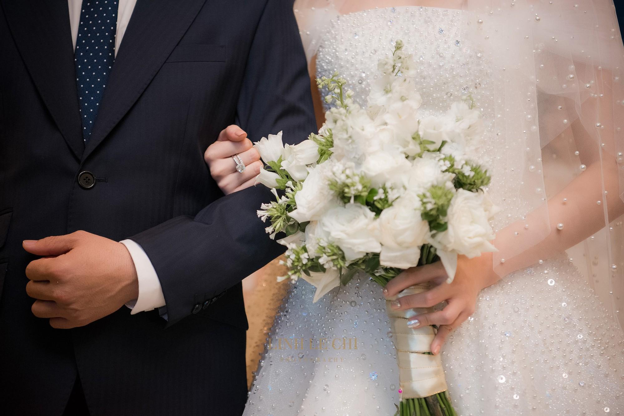 Ảnh đẹp: Á hậu Tú Anh nũng nịu ôm chặt ông xã trong tiệc cưới sang trọng ở Hà Nội - Ảnh 8.