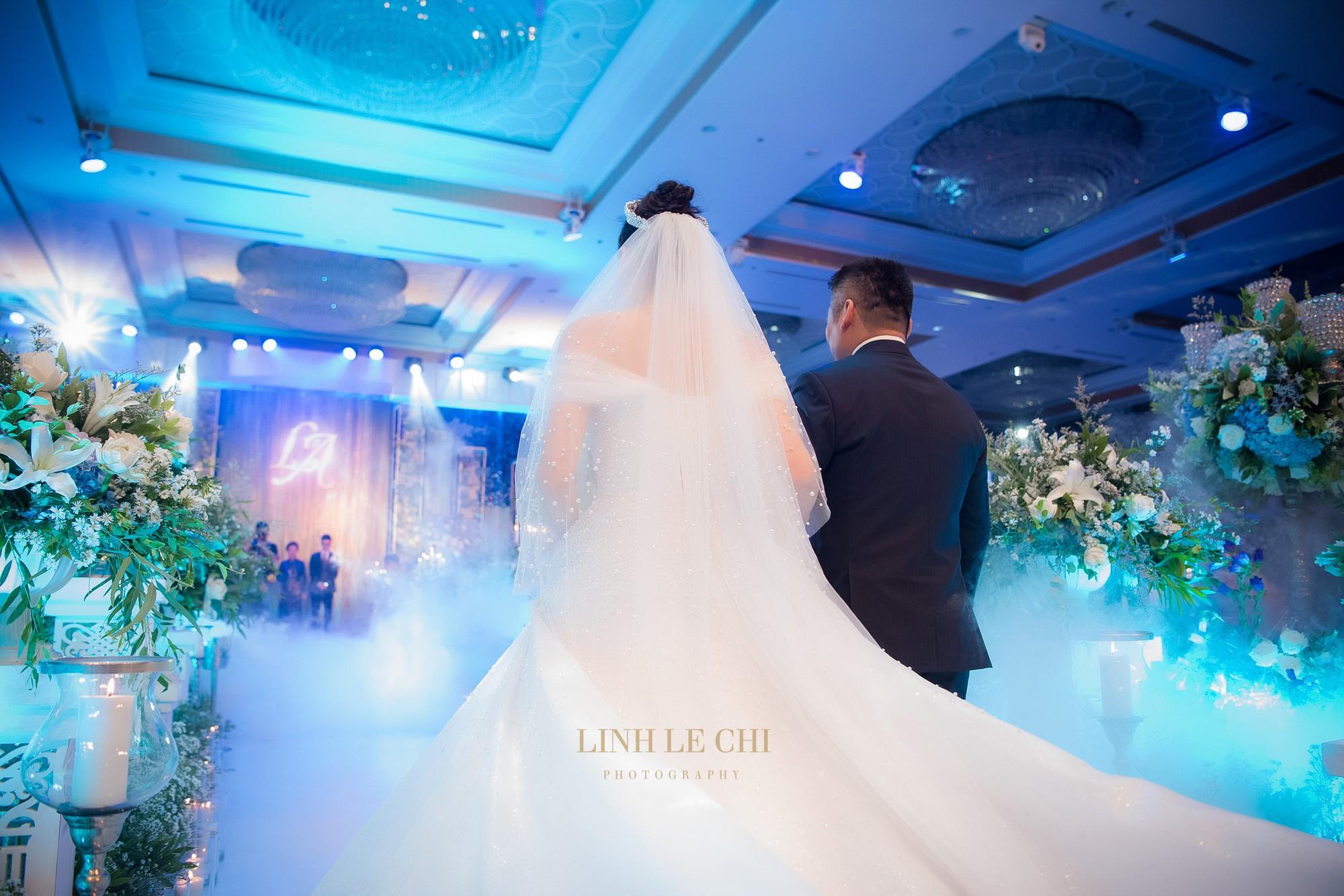 Ảnh đẹp: Á hậu Tú Anh nũng nịu ôm chặt ông xã trong tiệc cưới sang trọng ở Hà Nội - Ảnh 7.
