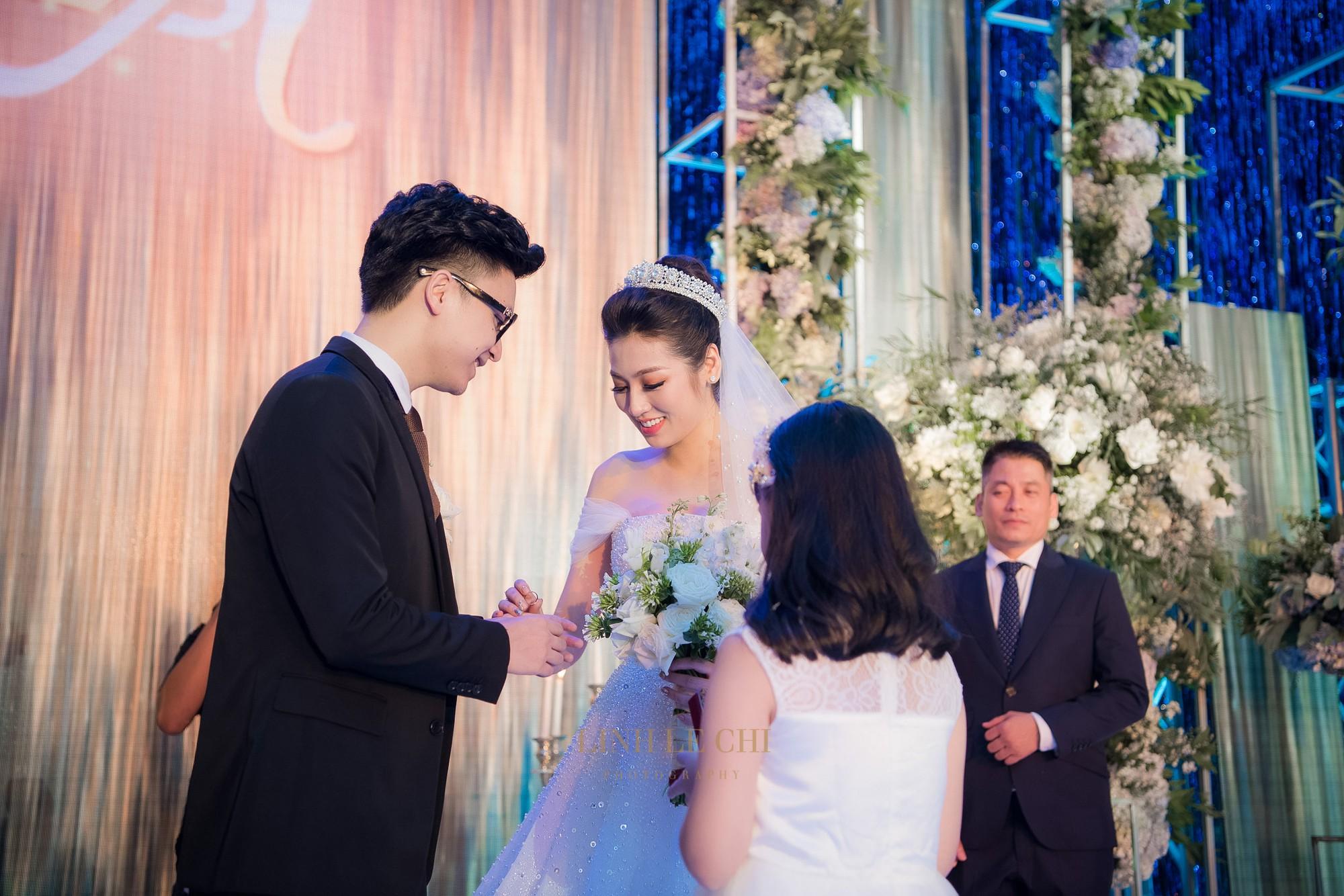 Ảnh đẹp: Á hậu Tú Anh nũng nịu ôm chặt ông xã trong tiệc cưới sang trọng ở Hà Nội - Ảnh 10.