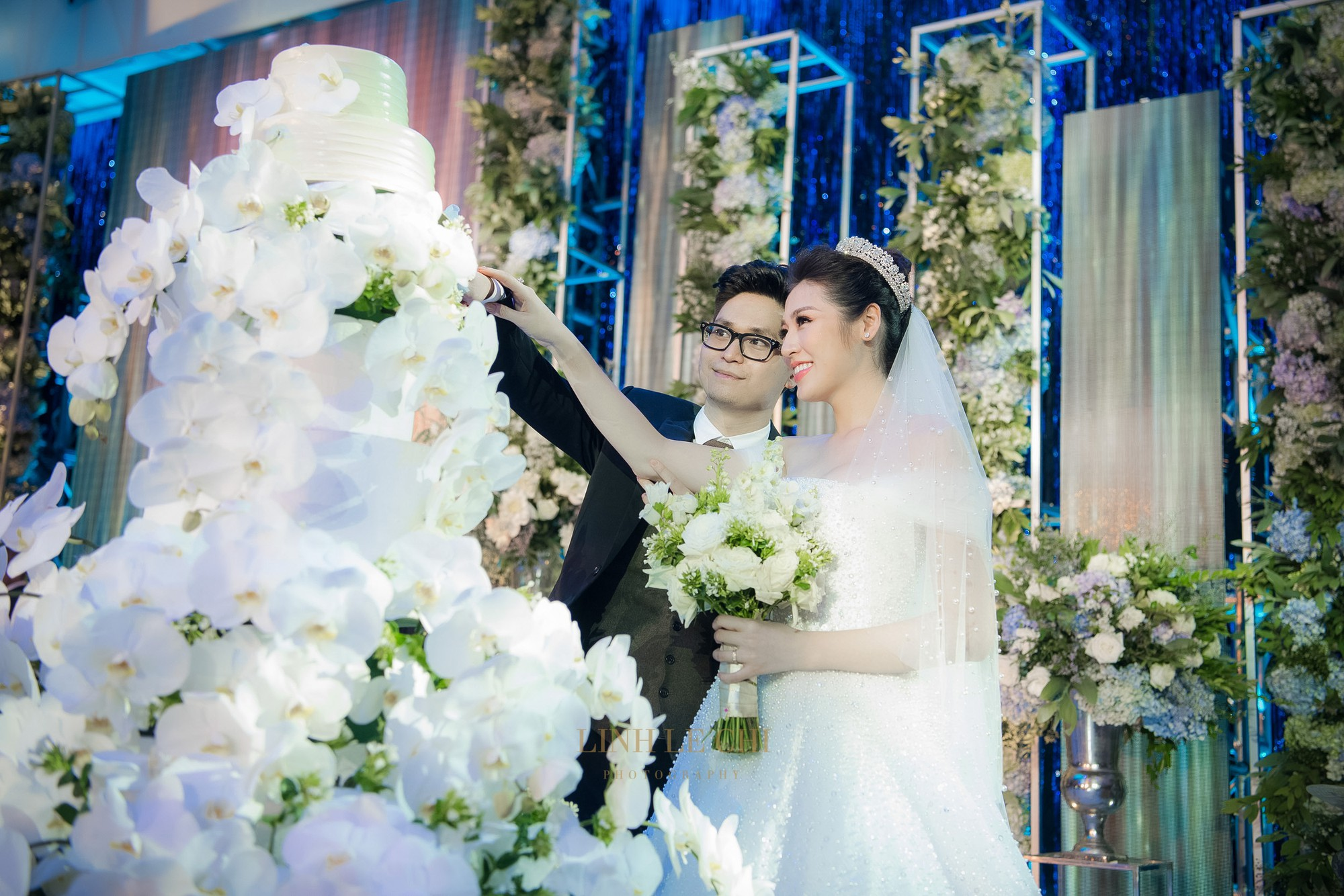 Ảnh đẹp: Á hậu Tú Anh nũng nịu ôm chặt ông xã trong tiệc cưới sang trọng ở Hà Nội - Ảnh 12.