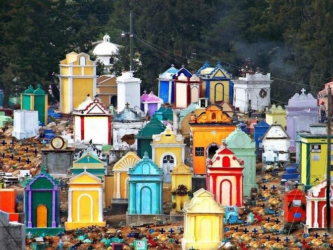 Ở Guatemala có những ngôi mộ được sơn đủ mọi gam màu sặc sỡ để tôn vinh người đã mất - Ảnh 1.