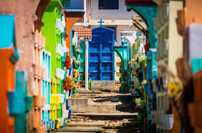 Ở Guatemala có những ngôi mộ được sơn đủ mọi gam màu sặc sỡ để tôn vinh người đã mất - Ảnh 2.
