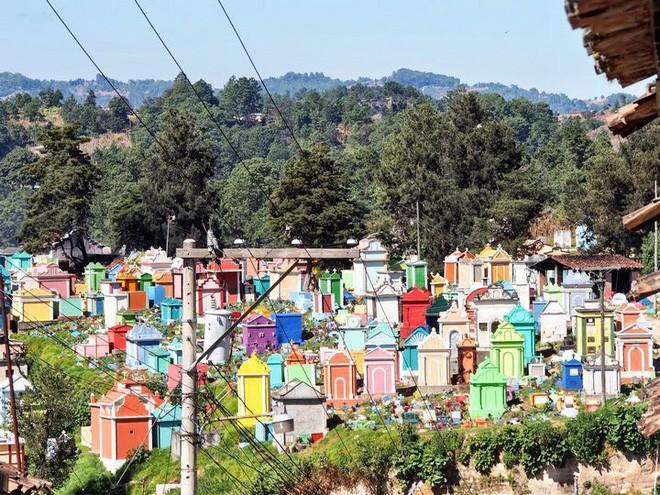 Ở Guatemala có những ngôi mộ được sơn đủ mọi gam màu sặc sỡ để tôn vinh người đã mất - Ảnh 4.