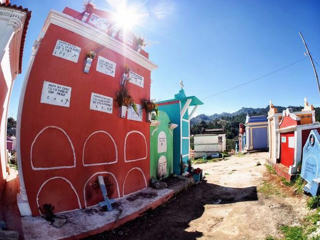 Ở Guatemala có những ngôi mộ được sơn đủ mọi gam màu sặc sỡ để tôn vinh người đã mất - Ảnh 6.