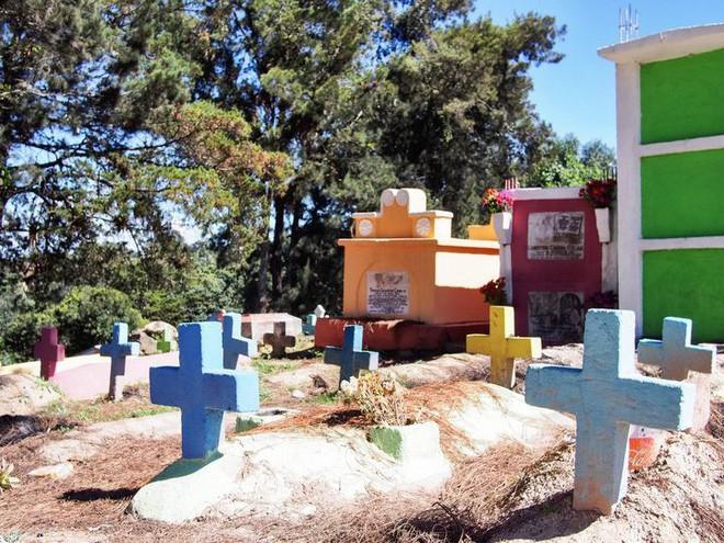 Ở Guatemala có những ngôi mộ được sơn đủ mọi gam màu sặc sỡ để tôn vinh người đã mất - Ảnh 7.
