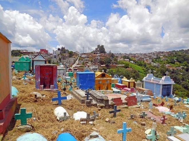 Ở Guatemala có những ngôi mộ được sơn đủ mọi gam màu sặc sỡ để tôn vinh người đã mất - Ảnh 9.