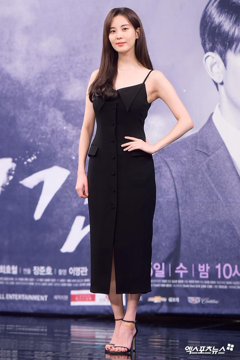 """Được cả loạt sao cùng diện, đây chính là những mẫu trang phục """"quốc dân"""" đang hot nhất ở Hàn Quốc thời gian này - Ảnh 12."""