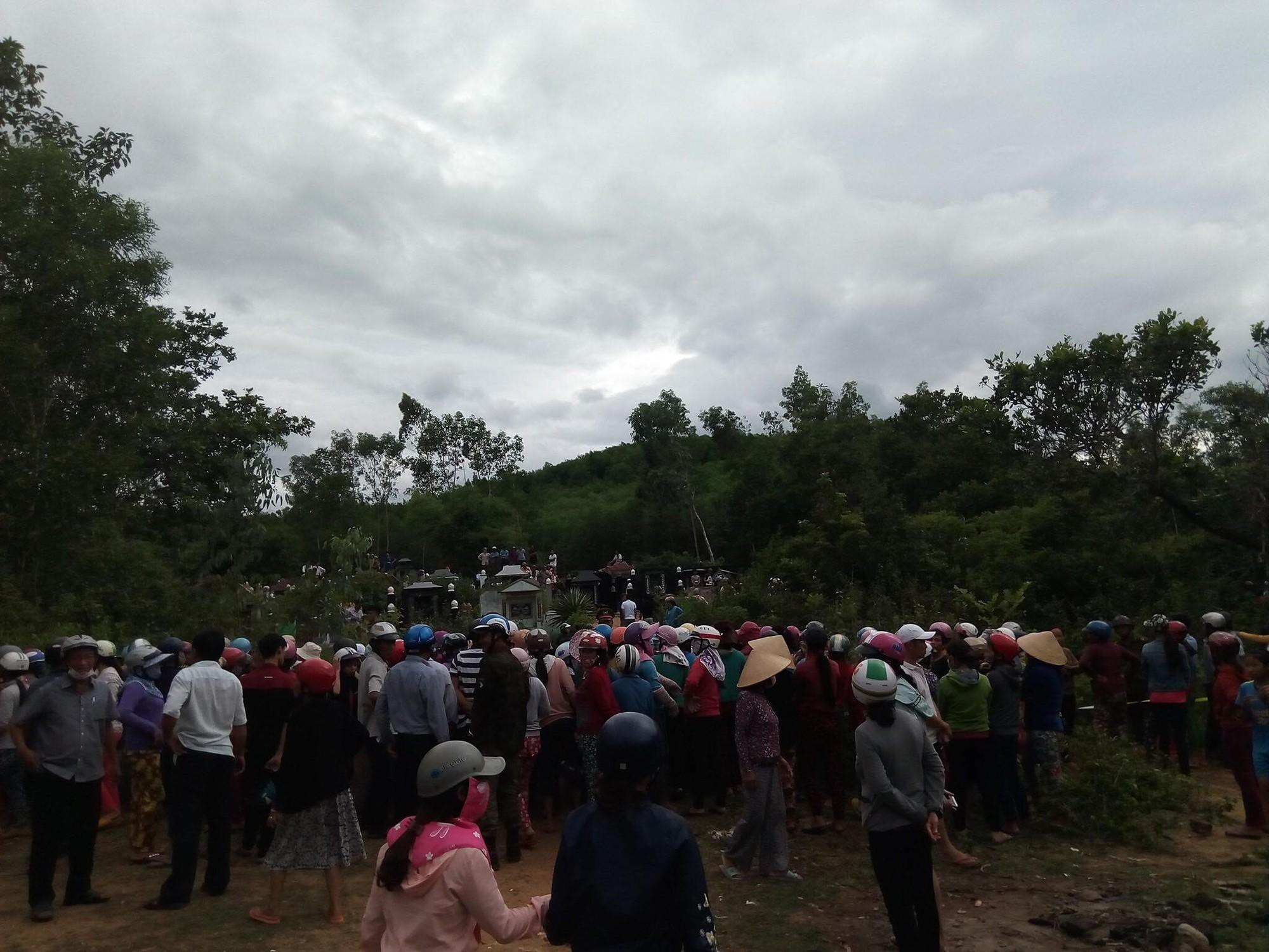 Hiện trường thảm án kinh hoàng 3 người tử vong nghi bị sát hại trong nghĩa địa ở Bình Định - Ảnh 4.
