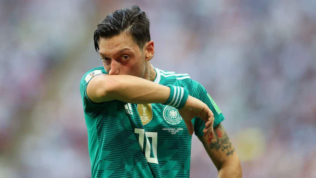 Ozil chia tay tuyển Đức: Người hâm mộ thế giới phẫn nộ - Ảnh 1.