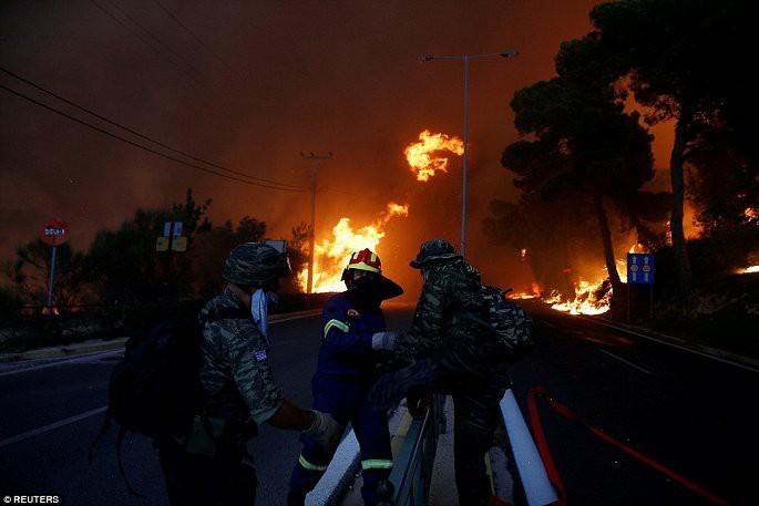 Thủ đô Hy Lạp rực lửa, ít nhất 24 người chết và hàng trăm người bị thương do cháy rừng - Ảnh 6.