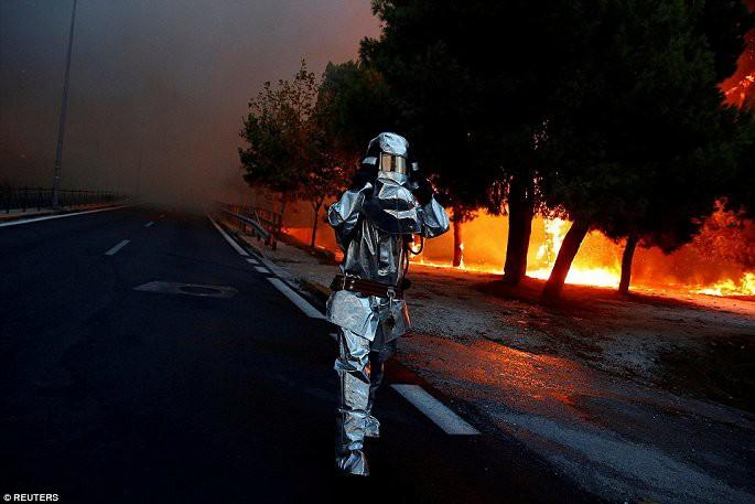 Thủ đô Hy Lạp rực lửa, ít nhất 24 người chết và hàng trăm người bị thương do cháy rừng - Ảnh 8.