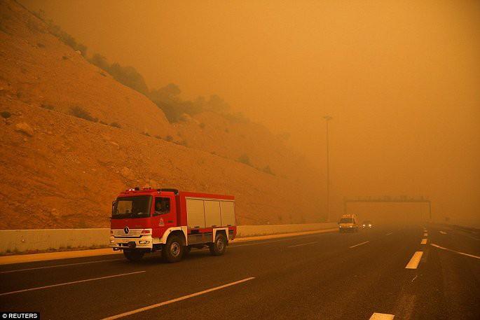Thủ đô Hy Lạp rực lửa, ít nhất 24 người chết và hàng trăm người bị thương do cháy rừng - Ảnh 9.