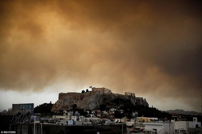Thủ đô Hy Lạp rực lửa, ít nhất 24 người chết và hàng trăm người bị thương do cháy rừng - Ảnh 10.