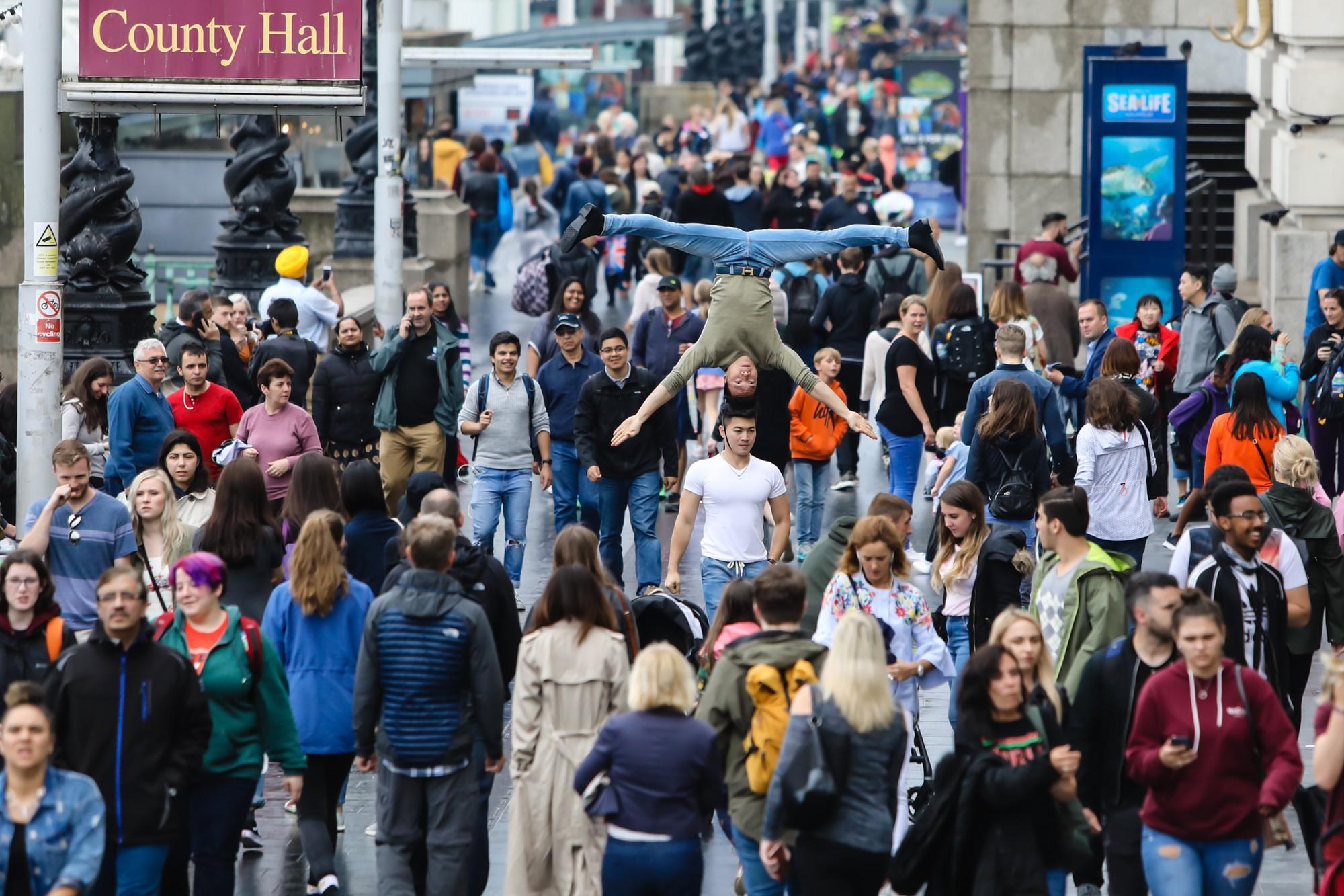 Khán giả Anh trầm trồ thích thú khi Quốc Cơ - Quốc Nghiệp diễn xiếc ngay giữa đường phố - Ảnh 2.
