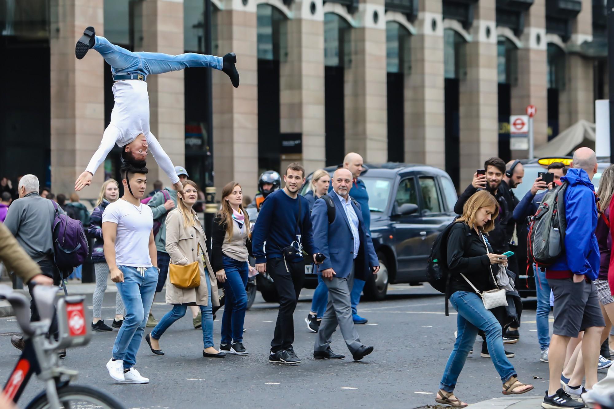 Khán giả Anh trầm trồ thích thú khi Quốc Cơ - Quốc Nghiệp diễn xiếc ngay giữa đường phố - Ảnh 4.