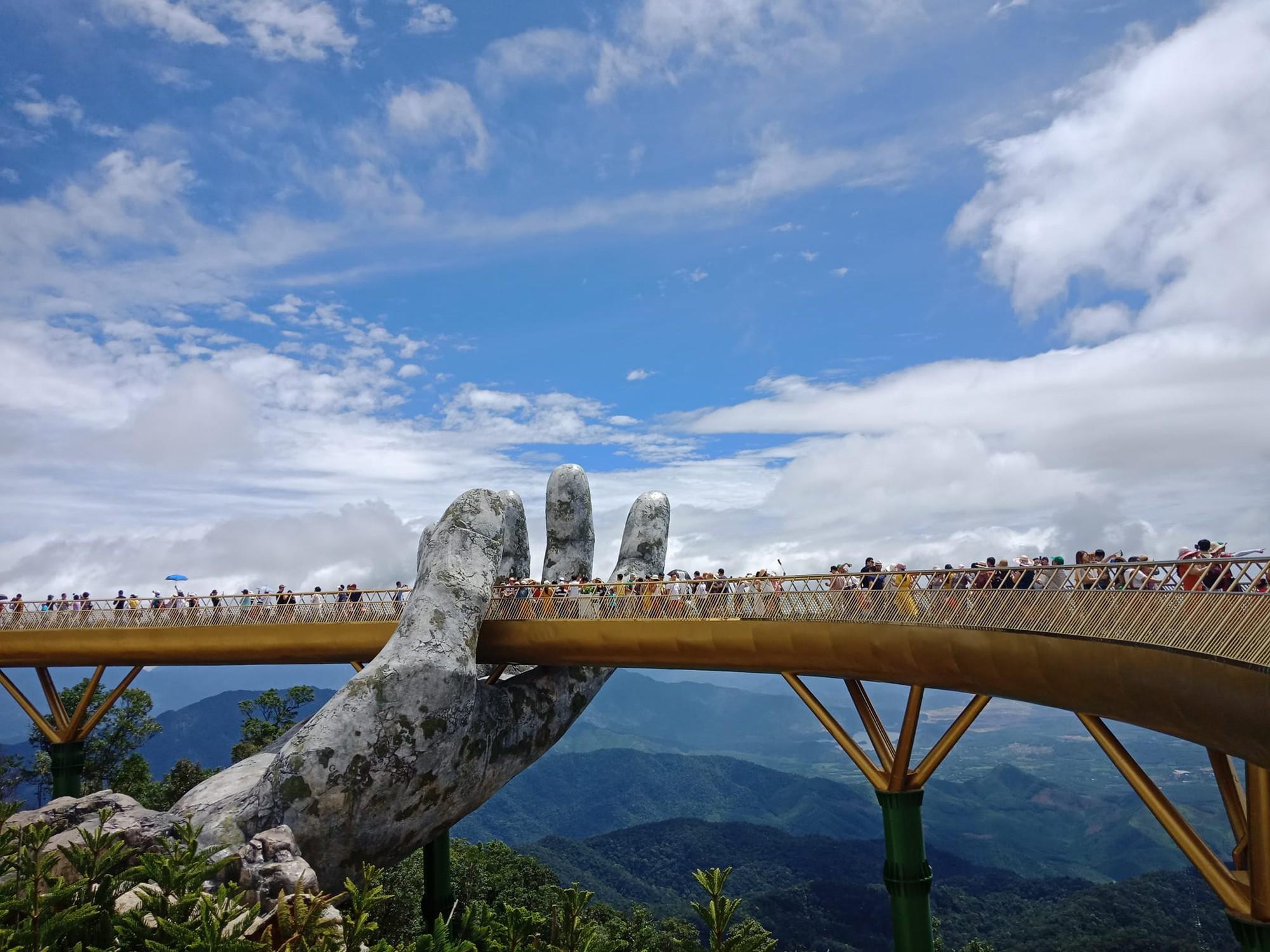 Tung ảnh chê Cầu Vàng ở Đà Nẵng đông nghịt khách, khác xa với tưởng tượng - người đăng bị ném đá vì quy chụp  - Ảnh 4.