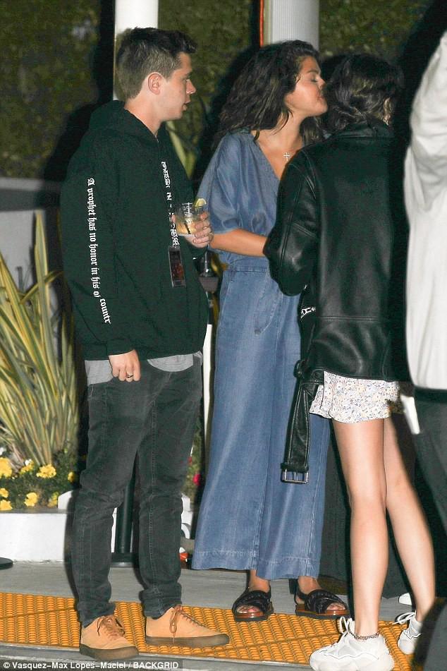 Selena Gomez thả rông vòng 1 gợi cảm xuất hiện cùng bạn trai tin đồn giống Brooklyn Beckham - Ảnh 2.