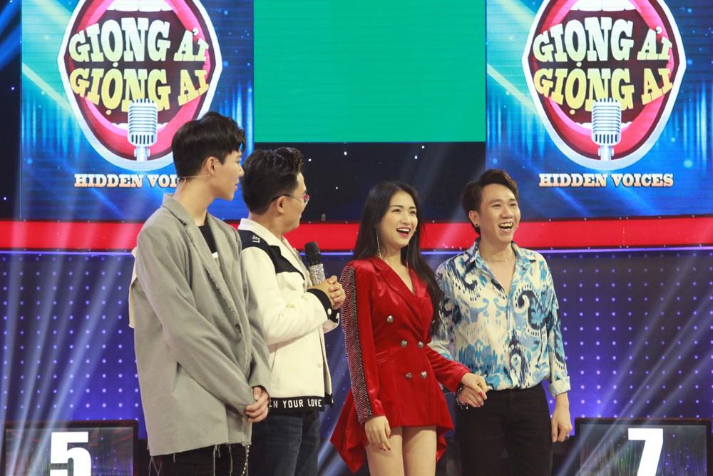 Trấn Thành thẹn thùng khi bị Hòa Minzy vạch tội trong tập mở màn mùa 3 Giọng ải giọng ai - Ảnh 4.