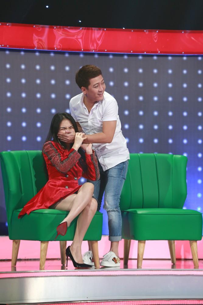 Trấn Thành thẹn thùng khi bị Hòa Minzy vạch tội trong tập mở màn mùa 3 Giọng ải giọng ai - Ảnh 2.