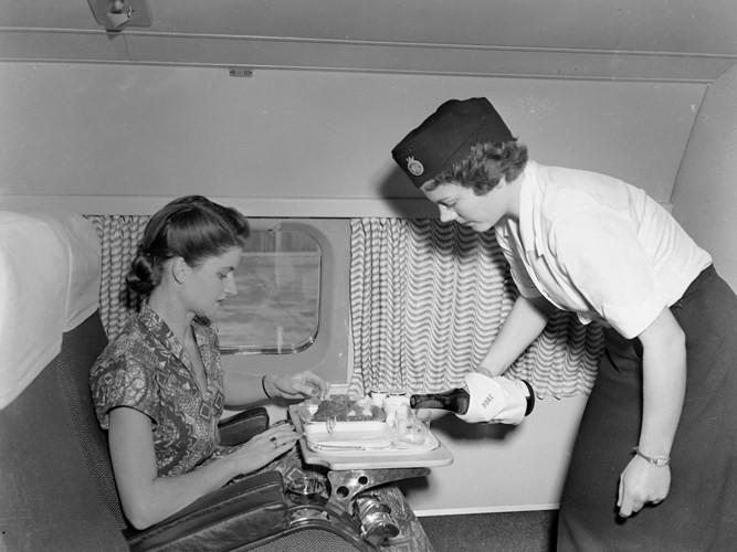 Hình ảnh cho thấy những đổi thay trong các chuyến bay xưa và nay - Ảnh 24.