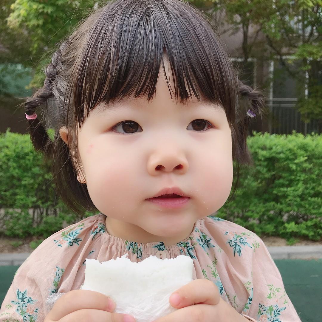 Sở Hữu Gương Mặt Bầu Bĩnh Và Cặp Má Phúng Phính Như Bánh Bao, Cô Bé Người  Hàn Này Khiến Ai Gặp Cũng Chỉ Muốn Được Chụp Chung Một Kiểu Ảnh.