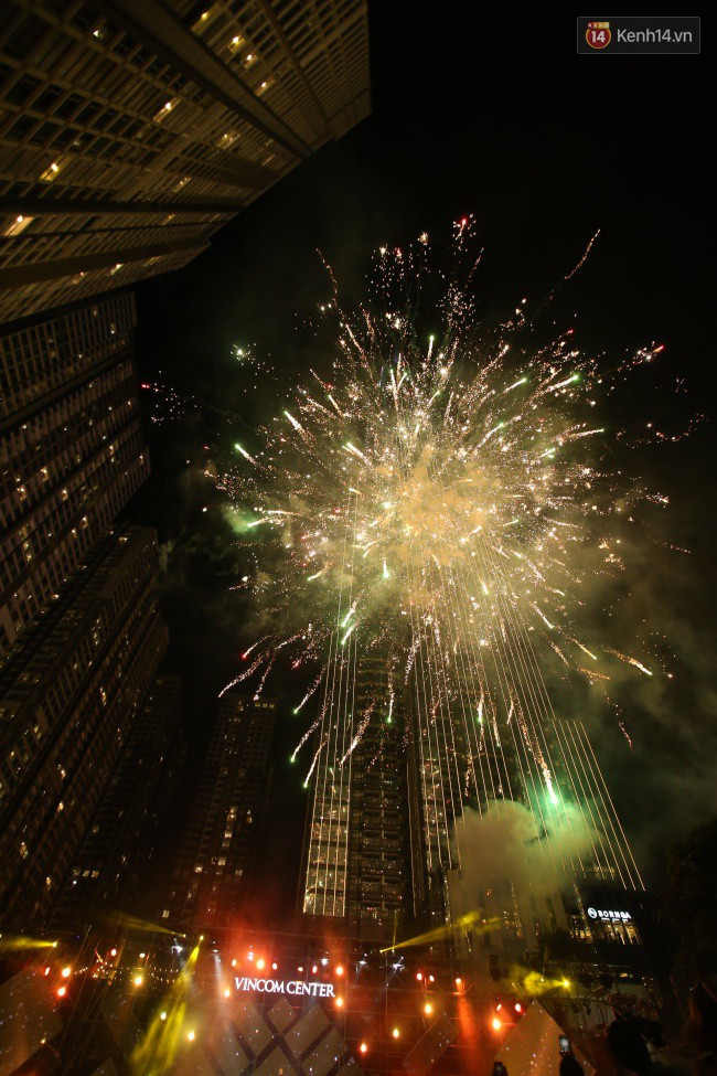 Màn pháo hoa cùng bữa tiệc ánh sáng đèn LED hoành tráng ghi dấu sự kiện ra mắt Vincom Center Landmark 81 - Ảnh 25.