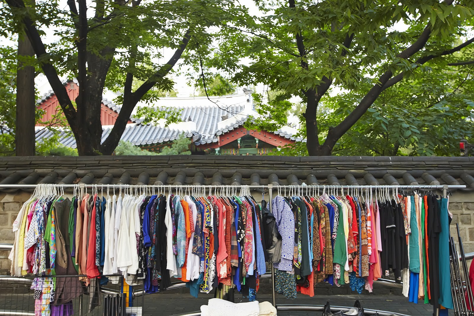 Bạn có biết về Dongmyo, khu chợ đồ Si ngay giữa lòng Seoul mà ngay cả G-Dragon cũng đến để săn đồ? - Ảnh 1.