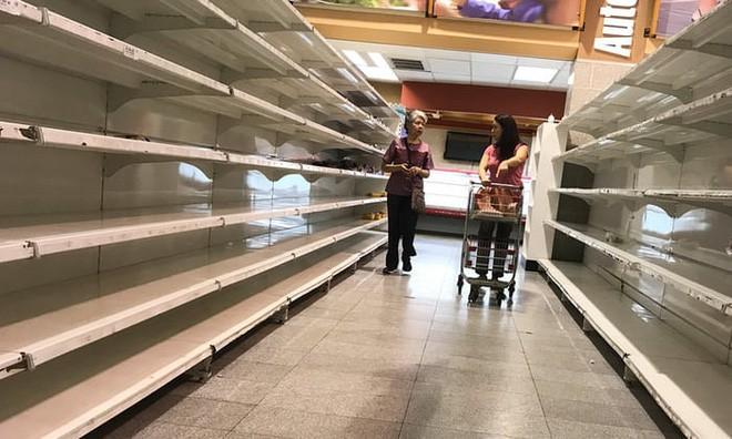 Lạm phát kinh hoàng ở Venezuela: Đi chợ phải mang xe đẩy chở tiền - Ảnh 1.