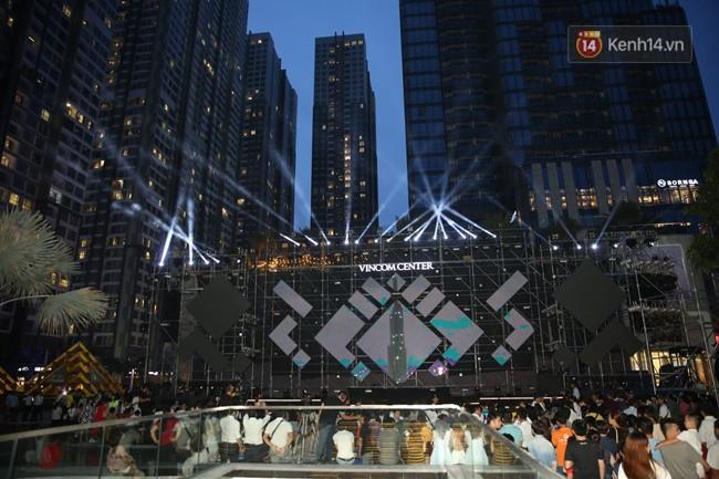 Màn pháo hoa cùng bữa tiệc ánh sáng đèn LED hoành tráng ghi dấu sự kiện ra mắt Vincom Center Landmark 81 - Ảnh 1.