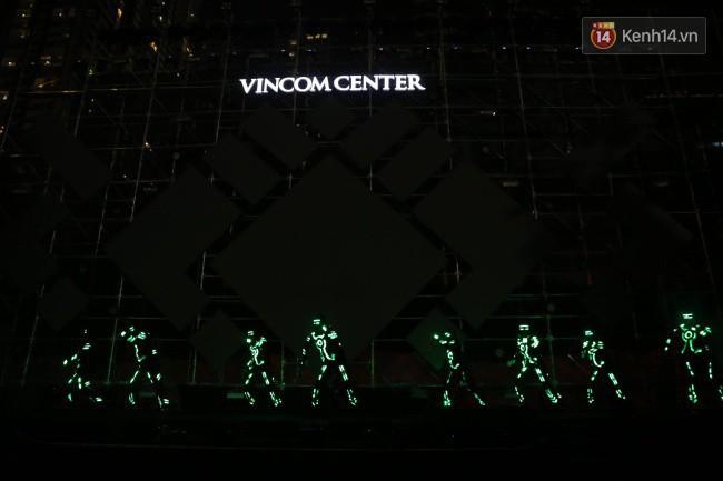 Màn pháo hoa cùng bữa tiệc ánh sáng đèn LED hoành tráng ghi dấu sự kiện ra mắt Vincom Center Landmark 81 - Ảnh 6.