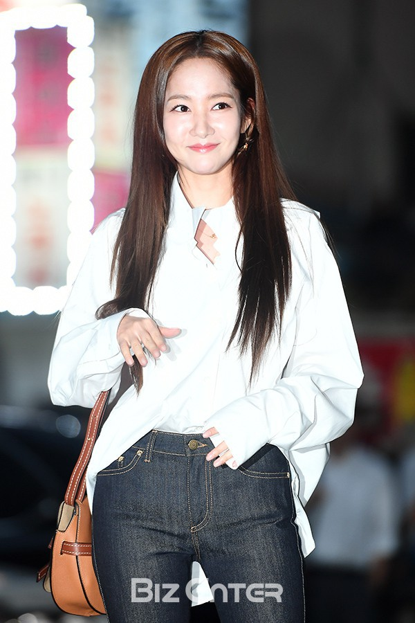 Thích dùng tóc nối tạm thời? Bạn đừng tham như Park Min Young kẻo đầu bị phồng to dị như thế này - Ảnh 4.