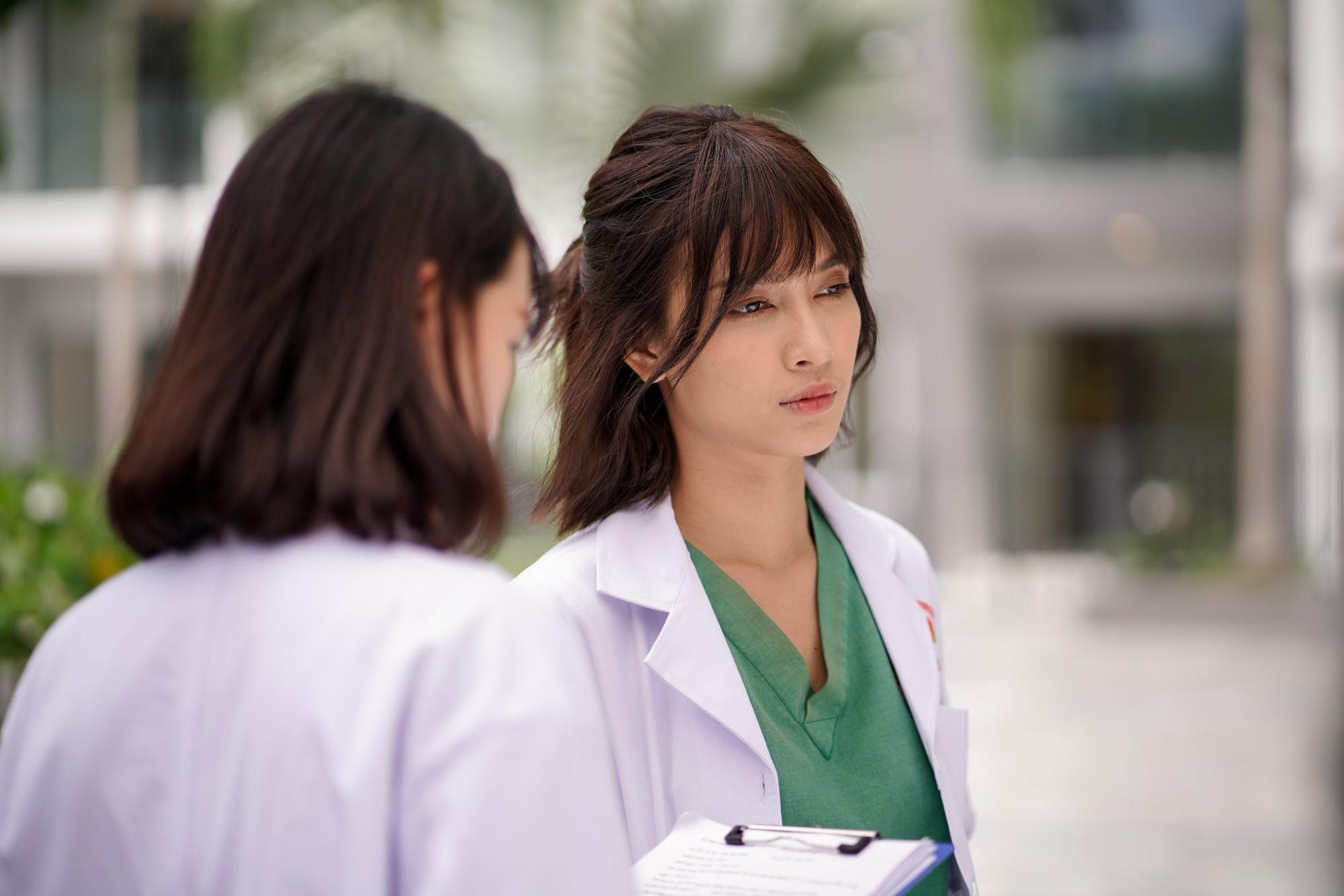 Ái Phương say đắm khoá môi MC Quang Bảo trong MV về chuyện tình bác sĩ - bệnh nhân - Ảnh 2.