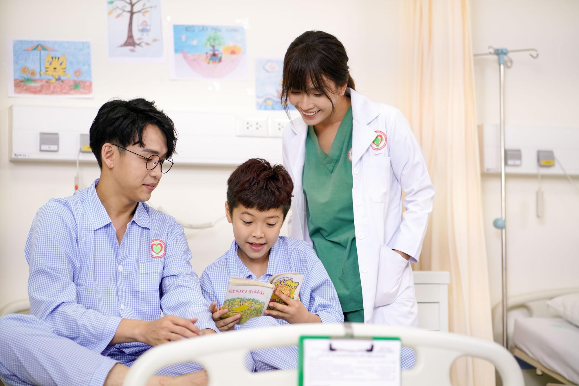 Ái Phương say đắm khoá môi MC Quang Bảo trong MV về chuyện tình bác sĩ - bệnh nhân - Ảnh 3.