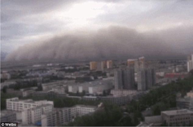 Bão cát khổng lồ cao 50m nuốt chửng thành phố Trung Quốc tạo nên cảnh tượng như trong phim tận thế - Ảnh 2.